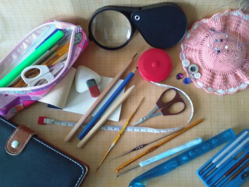 Некоторые материалы и инструменты для вязания крючком.