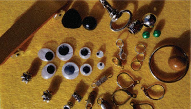 Различные мелкие расходные материалы для облегчения сборки вязаных изделий.