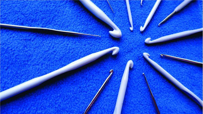 Основные инструменты для вязания крючком: крючки для вязания разных производителей.