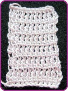 Белый образец - модифицированный тунисский столбик с накидом.