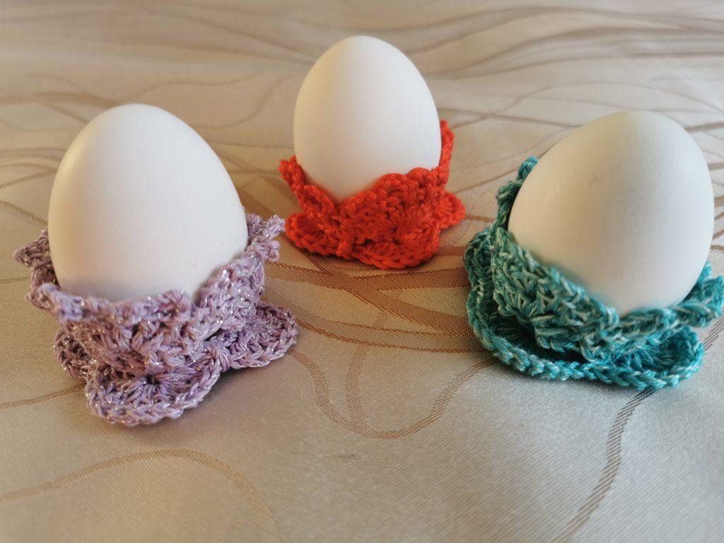 Три подставки под яичко на Пасху разных цветов.