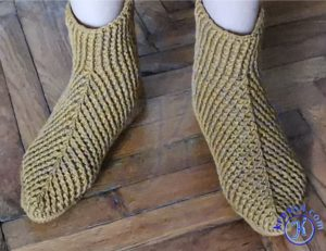 Тапочки сапожки на ноге.