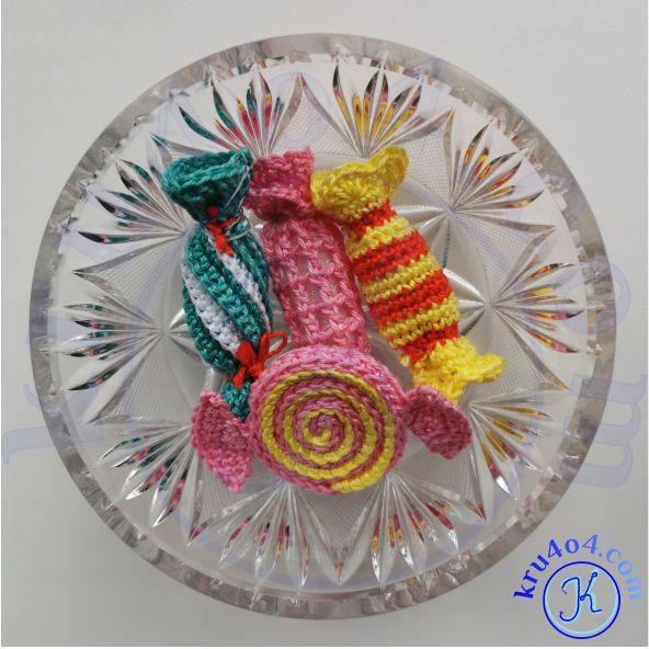 Конфеты связанные крючком в вазе.