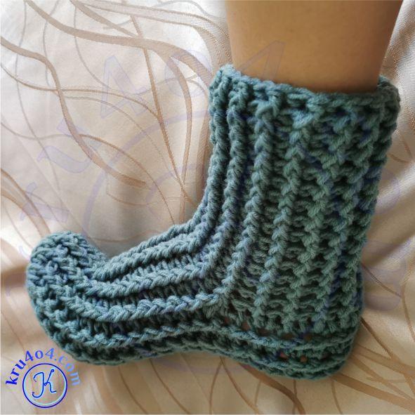 Носки вяжем крючком просто от носочка.