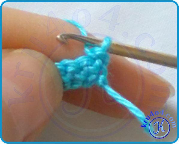 При повороте рабочая нить уходит за вязание.