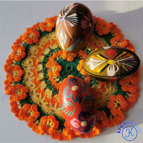 Салфетка с объемными цветочками и лежащими горизонтально пасхальными яичками